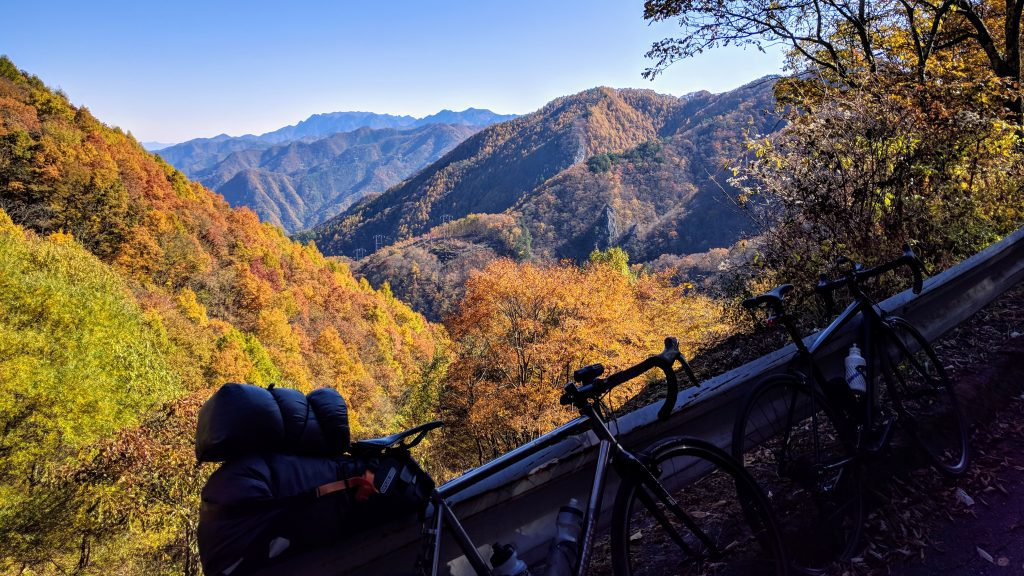 The beautiful fall foliage of the Budou Pass in late November.