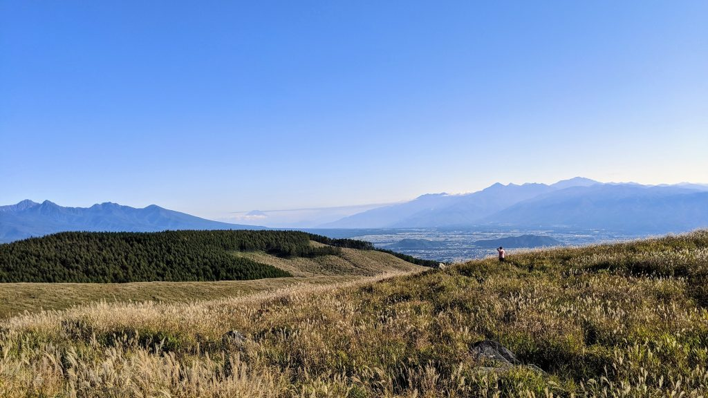 The view south from atop the Kirigamine Highlands. Left to right, Yatsugatake Volcanic Formation, Mt Fuji, and the Minami Alps.